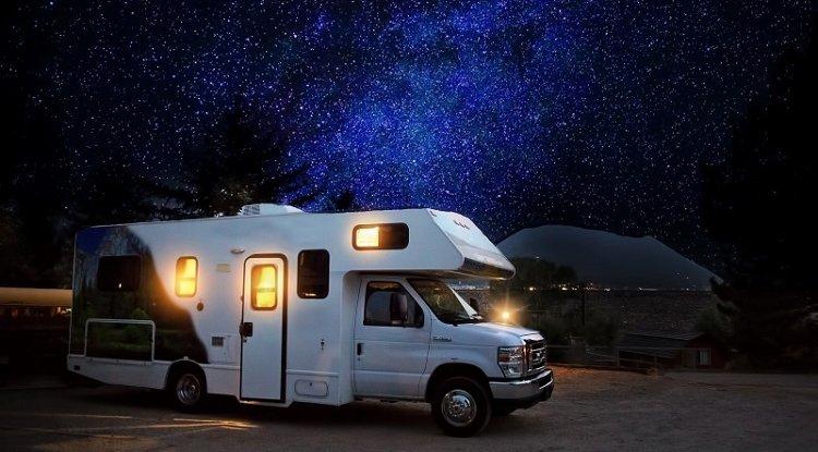 Co zabrać ze sobą w podróż kamperem?